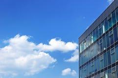 De moderne bureaubouw op een bewolkte hemelachtergrond Stock Fotografie