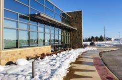 De moderne bureaubouw op zonnige, de winterdag Stock Afbeeldingen