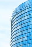 De moderne bureaubouw tegen de blauwe hemel Stock Afbeelding