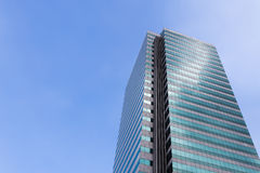 De moderne bureaubouw tegen duidelijke blauwe hemel Stock Foto