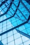 De moderne collectieve bureaubouw en blauwe hemel met wolken Stock Afbeelding