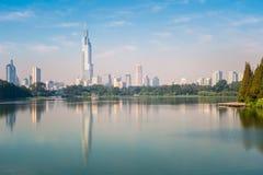De moderne die stadsbouw in het meer wordt weerspiegeld Stock Foto