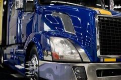 De moderne donkerblauwe tractor van de douane semi vrachtwagen met partij van lichte ref Royalty-vrije Stock Afbeeldingen
