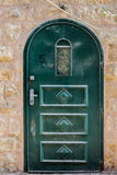 De moderne Donkergroene smaragdgroene deur van het metaalvuil met sleutelgat en roestige metaallockas een mooie uitstekende achte Stock Fotografie
