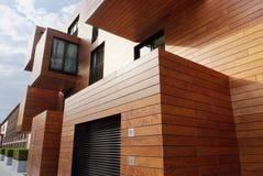 De moderne eigentijdse hout opgeruimde bouw Royalty-vrije Stock Fotografie