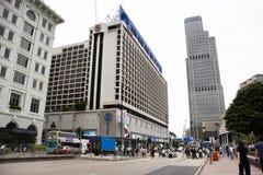 De moderne en hoge bouw naast de weg van Salisbury in Tsim Sha Tsui bij Kowloon-eiland in Hong Kong, China royalty-vrije stock afbeelding
