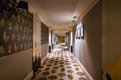 De moderne gang van het stijlhotel royalty-vrije stock afbeelding