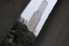 De moderne gebouwen, de woningbouw en de oude Chinese binnenplaatsen zijn gecondenseerd in één enkele foto, die en binnen levendi royalty-vrije stock afbeeldingen