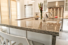 De moderne gepaste keuken van de luxe met roestvrij staal Royalty-vrije Stock Foto