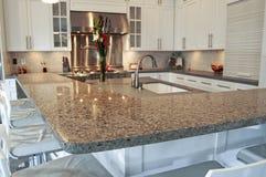 De moderne gepaste keuken van de luxe met roestvrij staal royalty-vrije stock afbeeldingen