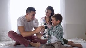 De moderne gift, ouders gaf slim robotstuk speelgoed voor weinig zoon bij de afstandsbediening van smartphonezitting op vloer stock footage