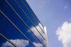 De moderne glas en staalbouw stock fotografie