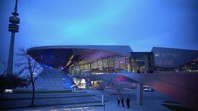 De moderne glasbouw, mensen die dichtbij mooi winkelcentrum, het stedelijke leven lopen stock video