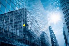 De moderne glasbouw onder de blauwe hemel Stock Foto's