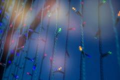 De moderne glasmuur van het gebouw met feestelijke verlichting leidde lampen en heldere hoogtepunten royalty-vrije stock foto's
