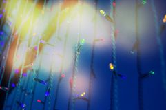 De moderne glasmuur van het gebouw met feestelijke verlichting leidde lampen en heldere hoogtepunten stock foto's