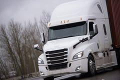 De moderne grote tractor die van de installatie semi vrachtwagen container met mede vervoeren stock fotografie