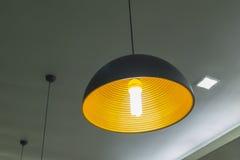 De moderne hangende lamp op werkende ruimte Stock Foto's