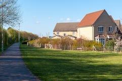 De moderne huizen en een weg in landelijk Suffolk, begraven St Edmunds, het UK Stock Afbeelding