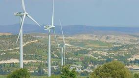 De moderne infrastructuur van de machtsgeneratie, de energie van windturbines, schoon milieu stock videobeelden