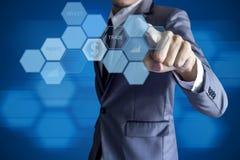 De moderne interface van de bedrijfsmensenaanraking voor investering Stock Foto