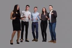 De moderne Jongeren zingt karaoke stock afbeelding