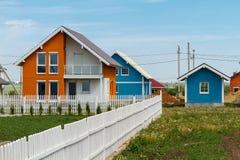 De moderne kleine gekleurde huizen bouwden het platteland in royalty-vrije stock afbeeldingen