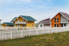 De moderne kleine gekleurde huizen bouwden het platteland in stock afbeelding