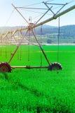 De moderne Landbouw Het centrale systeem van de spilirrigatie op een groen gebied stock afbeeldingen