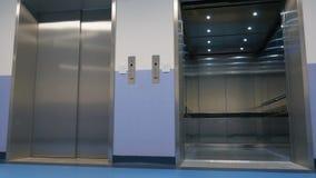 De moderne lift kwam bij de gewenste vloer aan stock videobeelden