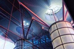 De moderne luchthavenbouw met glasvensters Stock Foto's