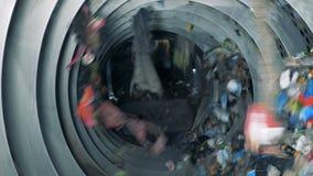 De moderne materiaalwerken bij een recyclingsfaciliteit, sluiten omhoog stock video