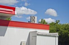 De moderne metaalbouw met airconditionersysteem Royalty-vrije Stock Afbeelding