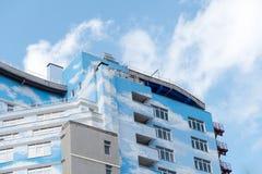 De moderne nieuwe bouw met blauwe hemelvoorgevel Royalty-vrije Stock Foto