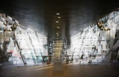De moderne post van de architectuurbuis DLR met roltrappen, Veelvoudig blootstellingsbeeld Londen, het UK stock afbeelding