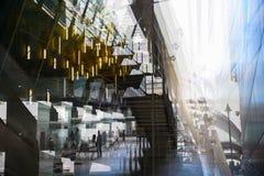 De moderne post van de architectuurbuis DLR met roltrappen, Veelvoudig blootstellingsbeeld Londen, het UK stock afbeeldingen
