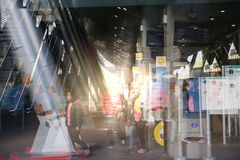 De moderne post van de architectuurbuis DLR met roltrappen, Veelvoudig blootstellingsbeeld Londen, het UK stock foto