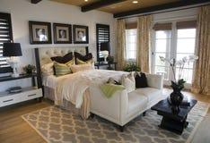 De moderne slaapkamer van het luxehuis.