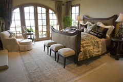 De moderne slaapkamer van het luxehuis. Stock Foto