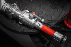De moderne slang van metaalbrandbestrijders Stock Fotografie