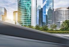 De moderne stadsbouw en de weg Stock Foto's