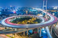 De moderne stadsbouw en de weg Royalty-vrije Stock Afbeelding