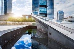 De moderne stadsbouw en de weg Royalty-vrije Stock Foto's