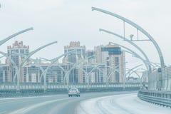 De moderne stedelijke bouw en weg met auto's modern woonkwart van de stad Stock Foto