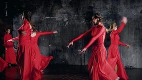 De moderne stijldansers in rode kostuums binnen, tonen danspraktijk stock videobeelden
