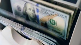 De moderne teller controleert geld, die dollars bewegen op een lijn stock videobeelden