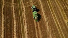 De moderne tractor maakt hooibergen op het gebied na het oogsten Luchtmotiemening stock footage