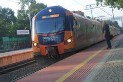 De moderne trein kwam bij het station in Puszczykowo, Polen aan Royalty-vrije Stock Afbeeldingen