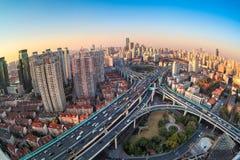 De moderne verbinding van het stadsviaduct bij schemer stock foto's
