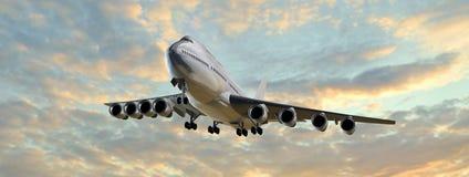 De moderne vlucht van het Passagiersvliegtuig in het zonsondergangpanorama Stock Foto's